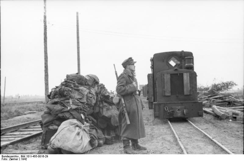 Bundesarchiv_Bild_101I-455-0016-29,_Russland,_Wachtposten_neben_Feldbahn