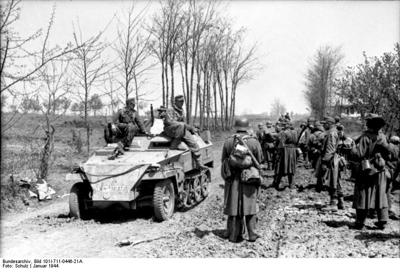 Bundesarchiv_Bild_101I-711-0446-21A,_Russland-Süd,_Schützenpanzer,_Soldaten_auf_Straße