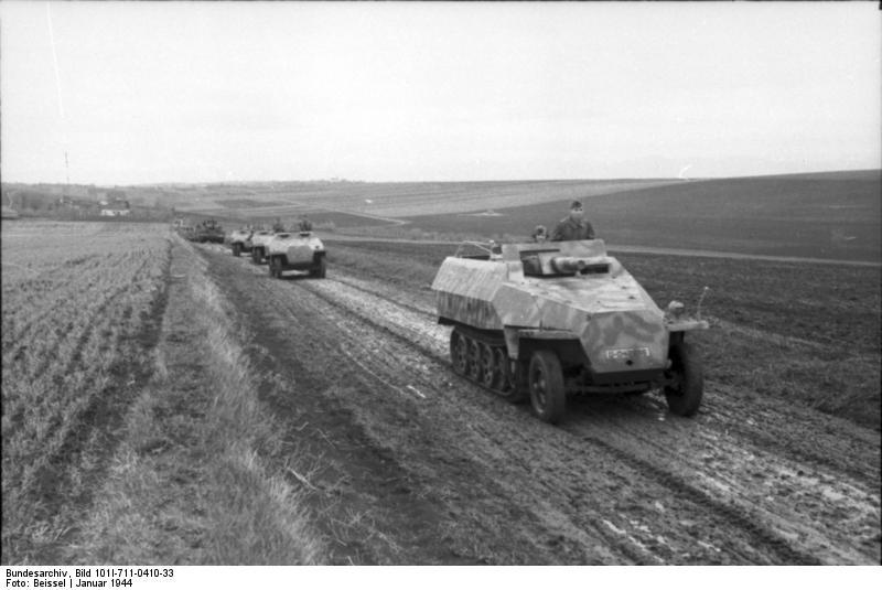 Bundesarchiv_Bild_101I-711-0410-33,_Russland,_Schützenpanzer_in_Fahrt