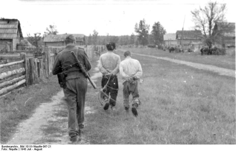 Bundesarchiv_Bild_101III-Niquille-067-21,_Russland,_Festnahme_von_Partisanen