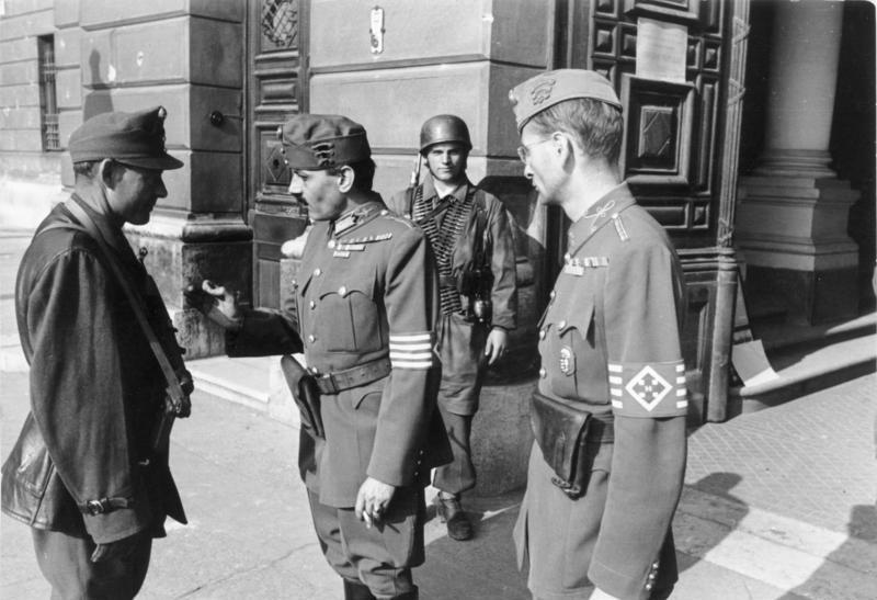 Bundesarchiv_Bild_101I-680-8283A-27A,_Budapest,_ungarische_Soldaten_vor_Verteidigungsministerium