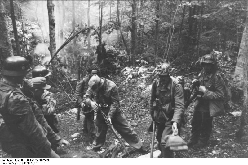 Bundesarchiv_Bild_101I-005-0032-33,_Jugoslawien,_Polizeieinsatz
