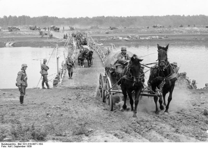 Bundesarchiv_Bild_101I-318-0071-16A,_Polen,_bespannte_Einheiten_bei_Flussüberquerung