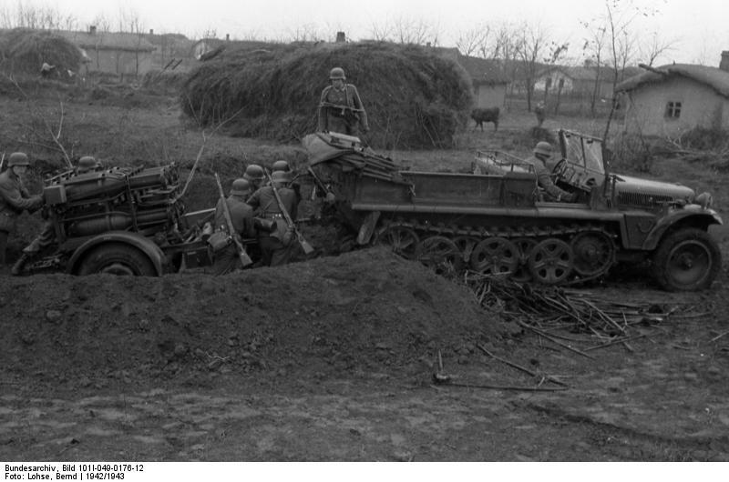 Bundesarchiv_Bild_101I-049-0176-12,_Russland,_Zugkraftwagen_mit_Nebelwerfern