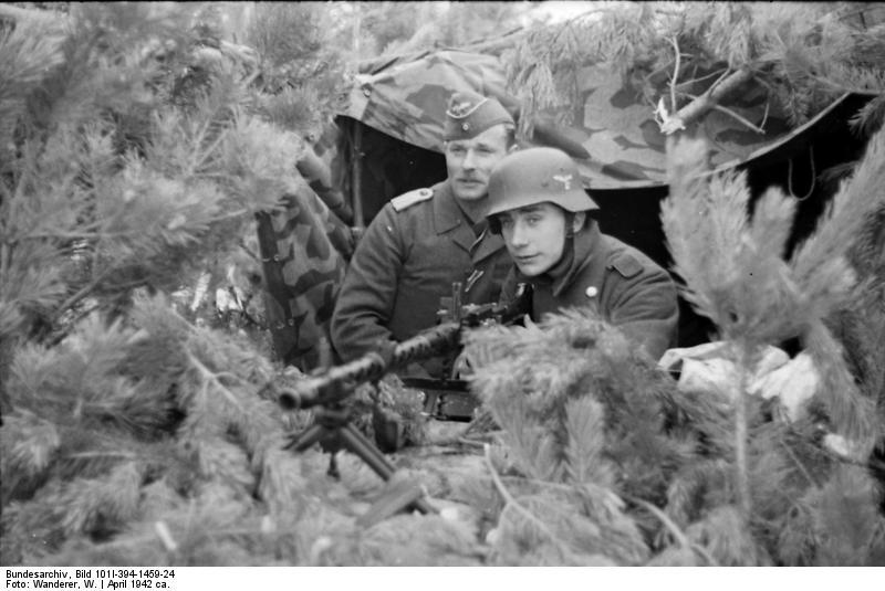 Bundesarchiv_Bild_101I-394-1459-24,_Russland,_Luftwaffensoldaten_mit_MG_in_Stellung