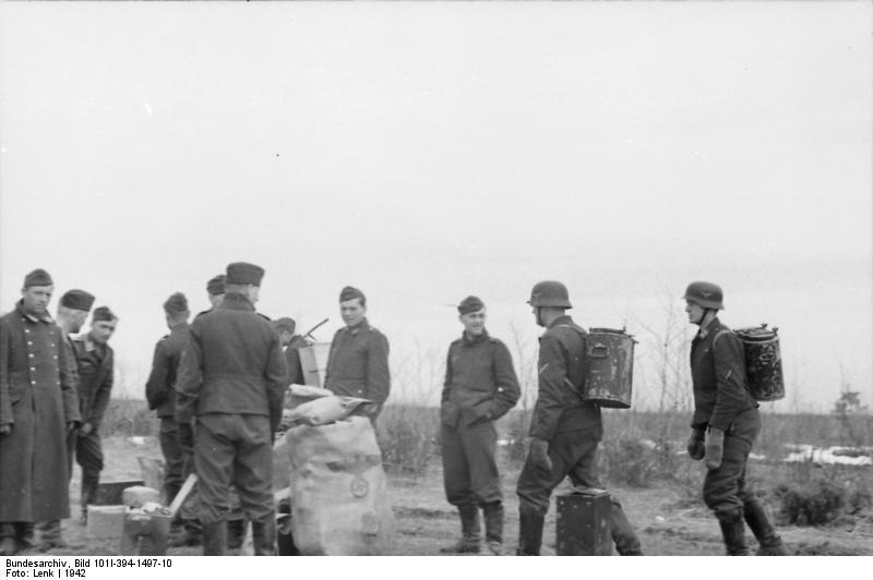 Bundesarchiv_Bild_101I-394-1497-10,_Russland,_Luftwaffensoldaten_bei_Essensausgabe