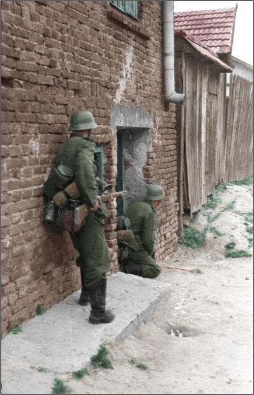 Russland-Süd%2C_Soldaten_neben_Hauswand