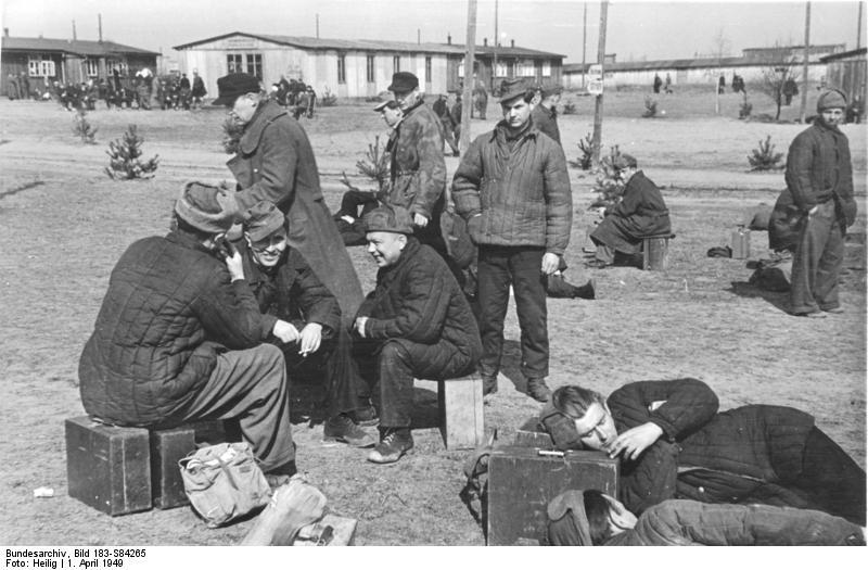 Bundesarchiv_Bild_183-S84265,_Frankfurt-Oder,_Heimkehrer_aus_der_Sowjetunion