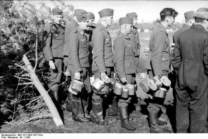Bundesarchiv_Bild_101I-394-1477-25A,_Russland,_Luftwaffensoldaten_bei_Essensausgabe
