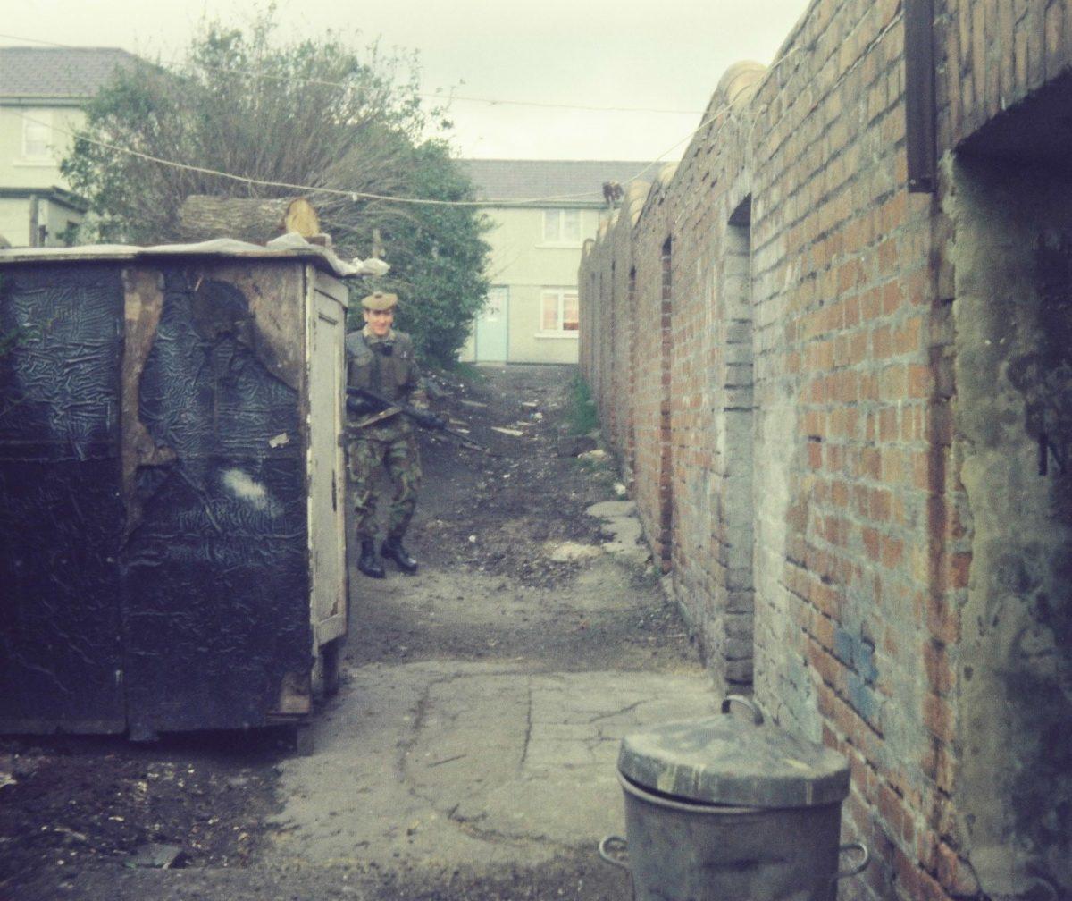 Pte-Monroe-a-Gordon-Highlander-on-Foot-Patrol-in-Bawnmore-Estate-Belfast-in-19778-1200x1008.jpg