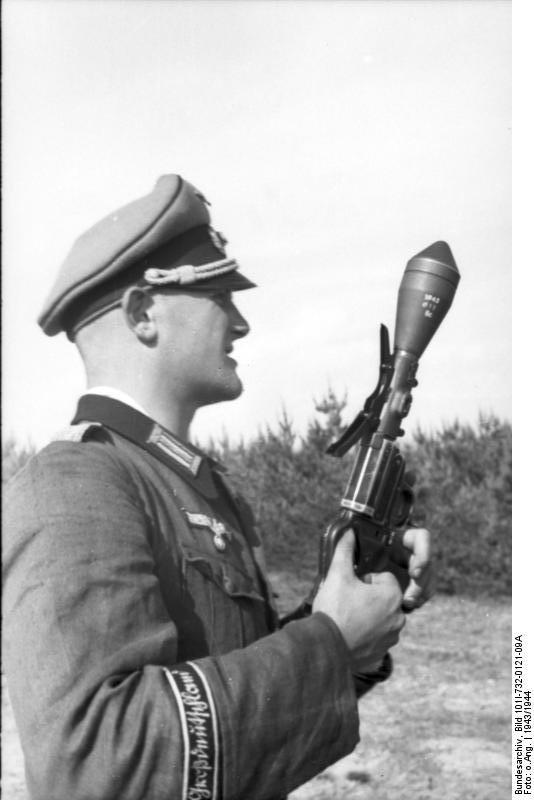 Bundesarchiv_Bild_101I-732-0121-09A,_Russland,_Soldat_der_Division__Großdeutschland_.jpg