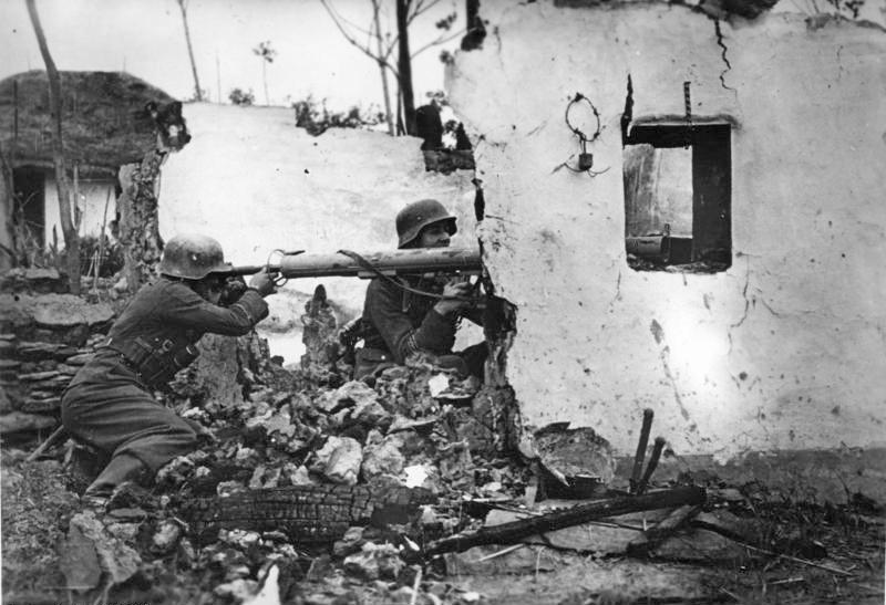 Bundesarchiv_Bild_183-J27051,_Russland,_Füsiliere_mit__Panzerschreck_.jpg