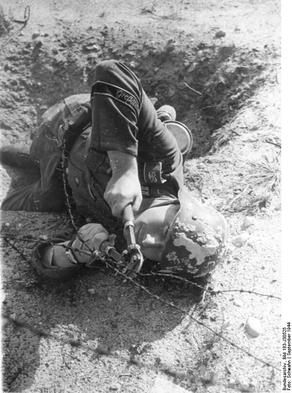 Bundesarchiv_Bild_183-J30525,_Ausbildung_Truppenteil__Großdeutschland_.jpg
