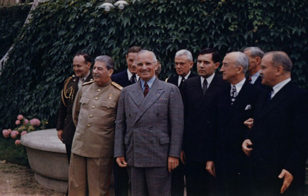 Harry_S._Truman_and_Joseph_Stalin_meeting_at_the_Potsdam_Conference_on_July_18,_1945.jpg