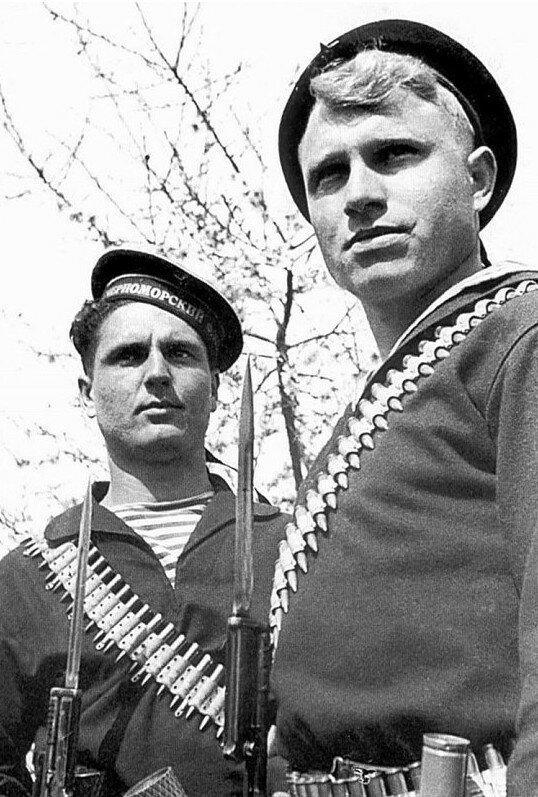 Краснофлотцы П.П.Стрепетков и П.И.Руденко в рукопашном бою уничтожили 17 немецких солдат. Севастополь май 1942.jpg