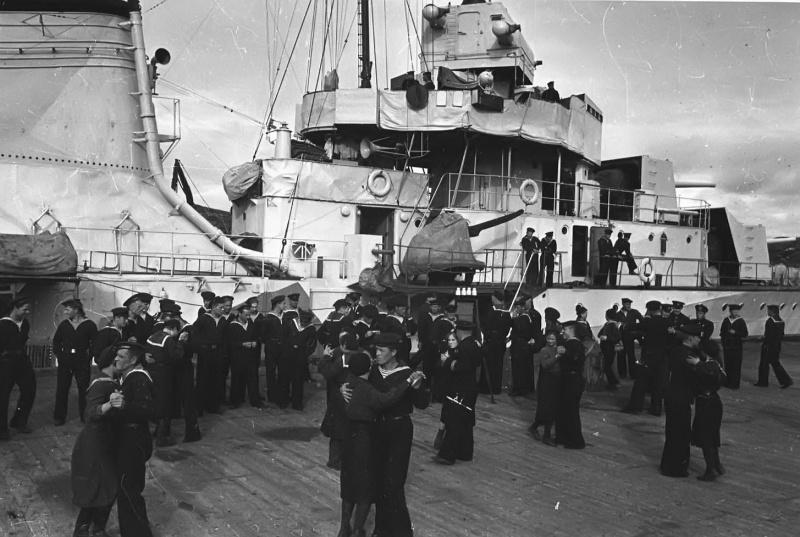 Советские моряки танцуют на причальной стенке.jpg