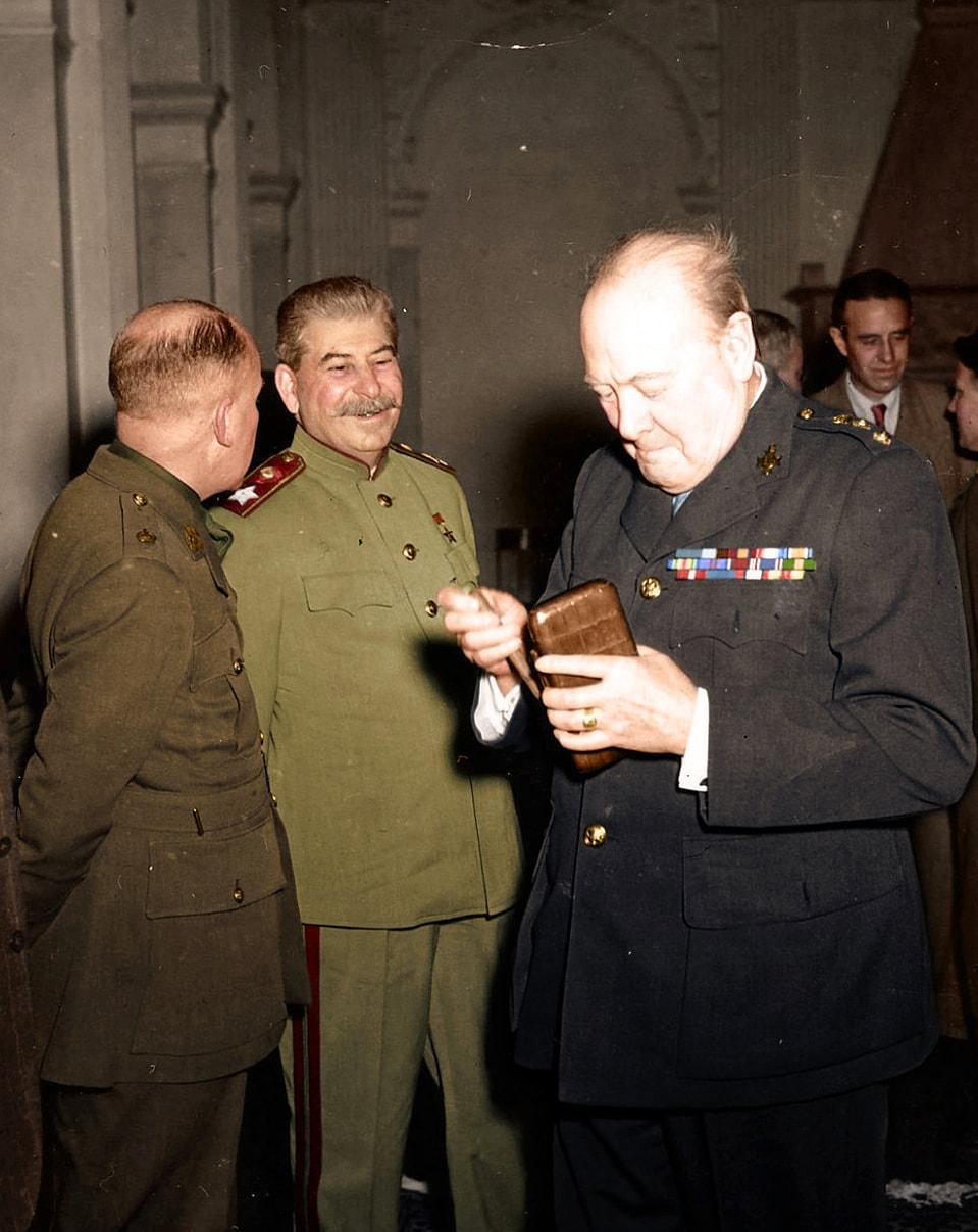 Stalin-i-CHerchill-v-Levadiyskom-dvortse-vo-vremya-YAltinskoy-konferentsii-fevral-1945-goda.jpg