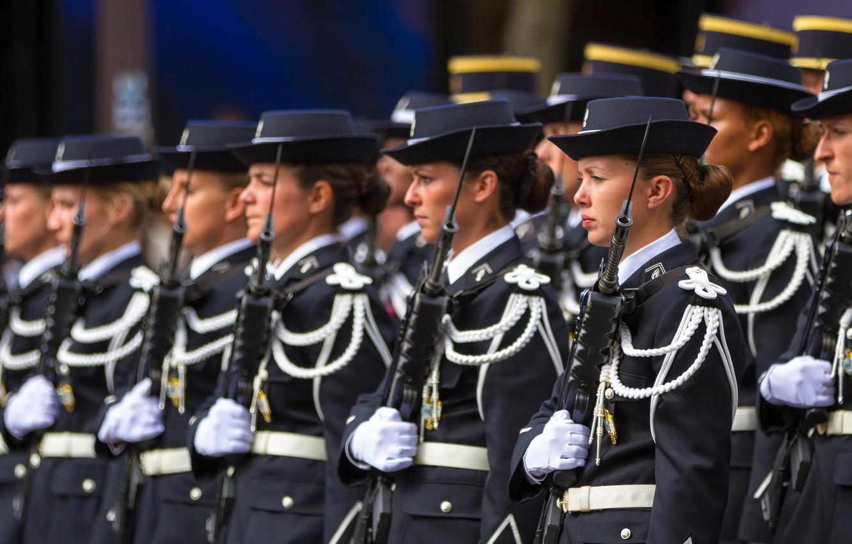 french-army-parade-paris-devushki-stroi-oruzhie.jpg
