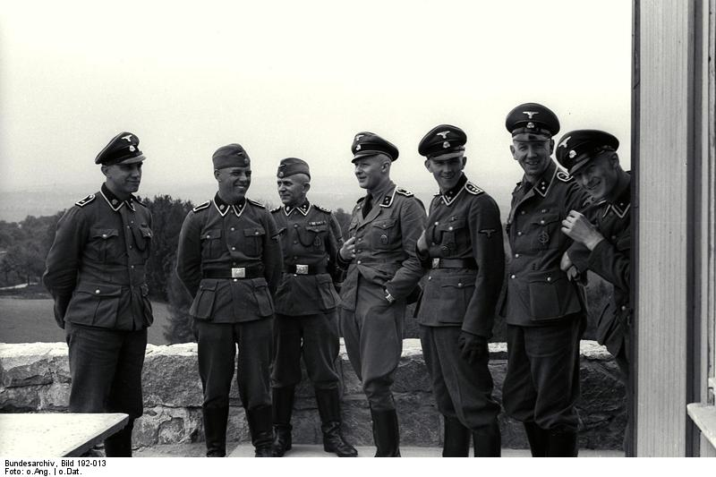 Bundesarchiv_Bild_192-013,_KZ_Mauthausen,_SS-Männer.jpg
