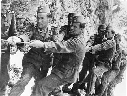 Bundesarchiv_Bild_146-1974-149-23,_Waffen-SS,_13._Gebirgs-Div.__Handschar_.jpg