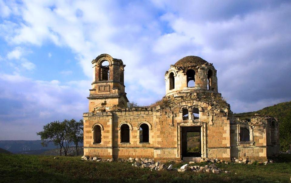 Руины-церкви-св.-Луки-на-месте-греческой-деревни-Лаки.jpg