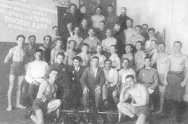Г.Н.Сатиров (во втором ряду третий справа) среди участников спортивных соревнований на первенство профсоюзов Башкирской АССР.jpg