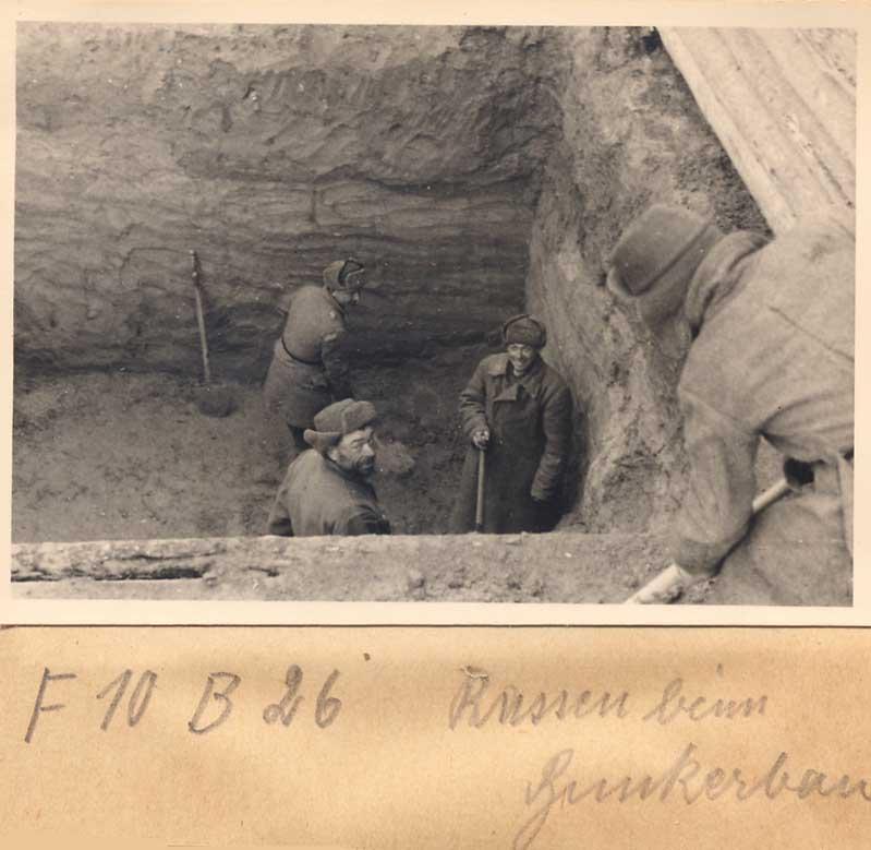 Хиви копают яму.jpg