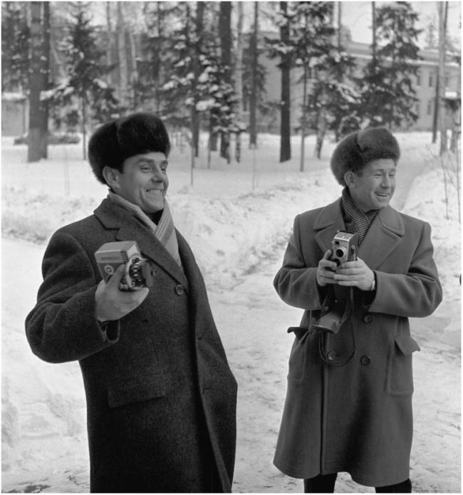 Кинокамера была важным атрибутом досуга первых космонавтов. Владимир Комаров и Алексей Леонов.