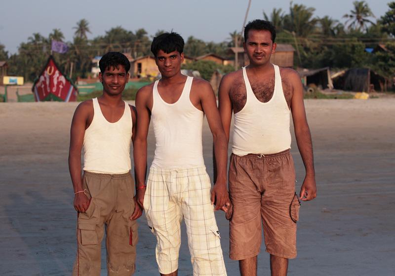 Мужчины в нудийском пляже фото