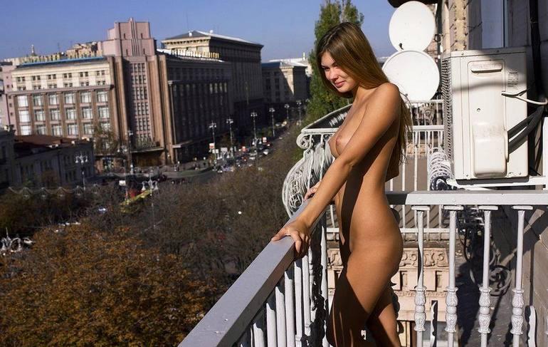 фото обнаженная на балконе