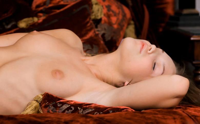 фото голой спящей красавицы