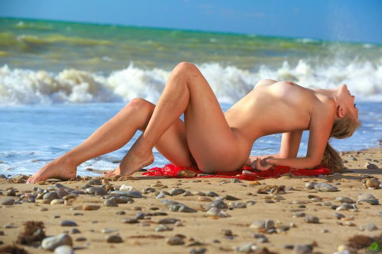 минуты, развратные девушки пляжа член антона попке