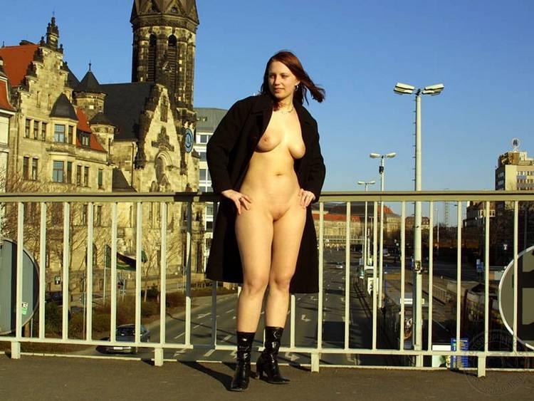 Фото в пальто на голое тело 14 фотография