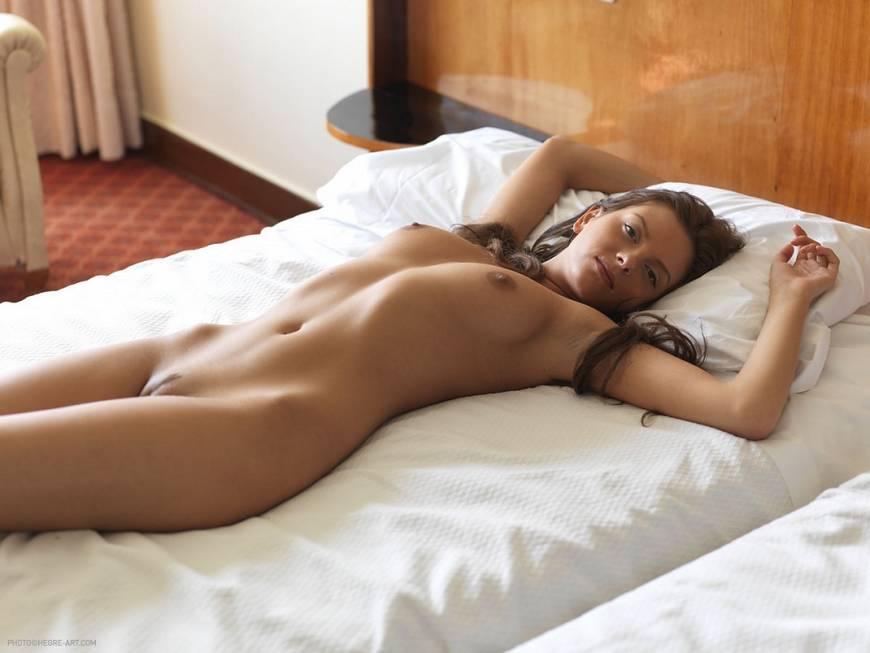 Спит на животе голая девушка — photo 14