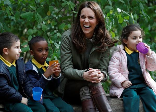 kate-middleton-laughing-gardening