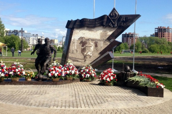 Памятник участникам матча в блокадном Ленинграде