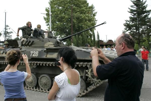 фотографировать людей в Зугдиди, Грузия русский танк.