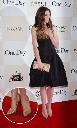 Платье черное с золотым поясом
