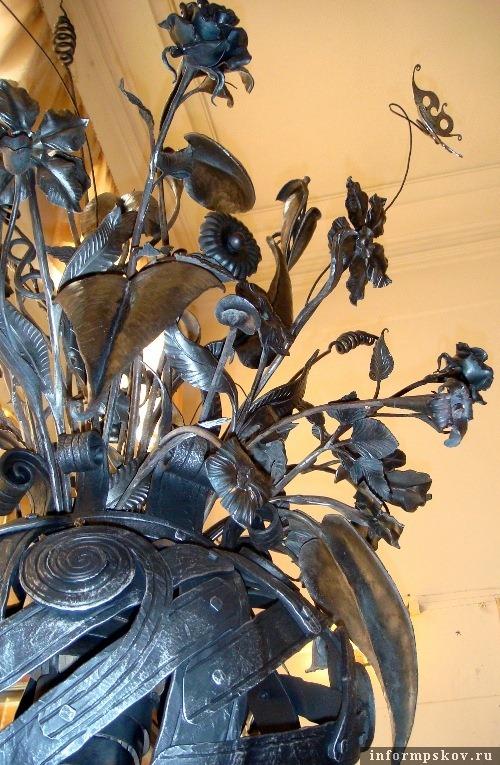 Псковские кузнецы подарили Порховскому музею двухметровую вазу