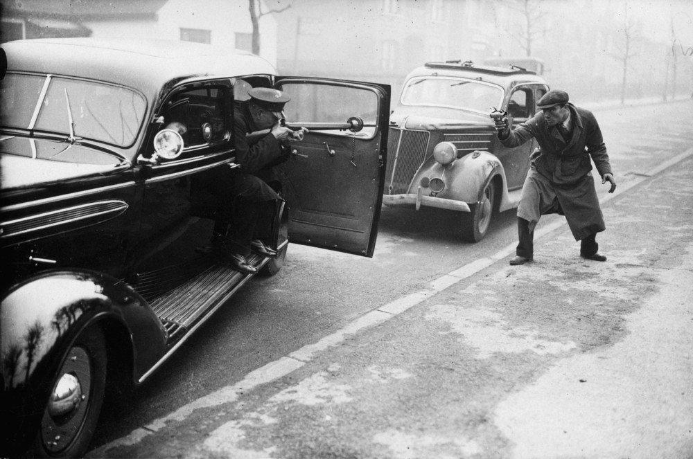 Демонстрация Скотланд ярдом бронированной полицейской машины.