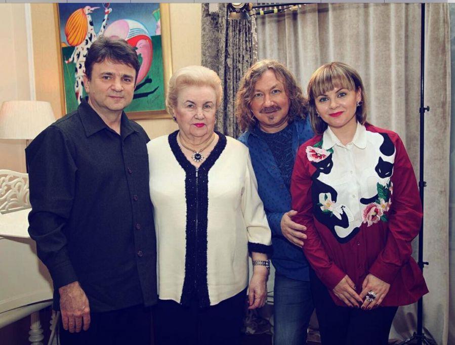 Да, в красном жена Игоря Николаева.