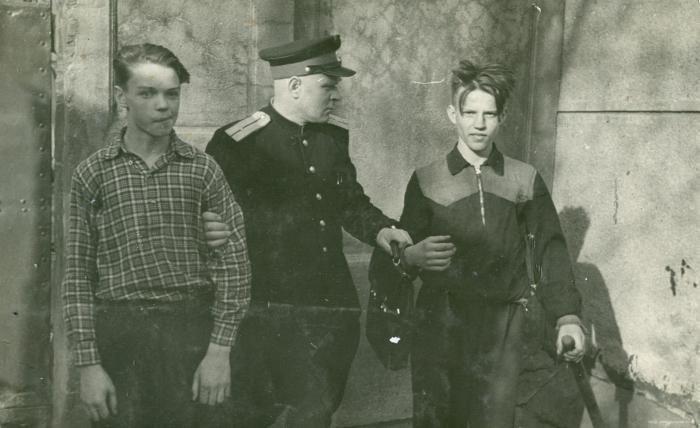 Хулиганы и милиционер 1950-е