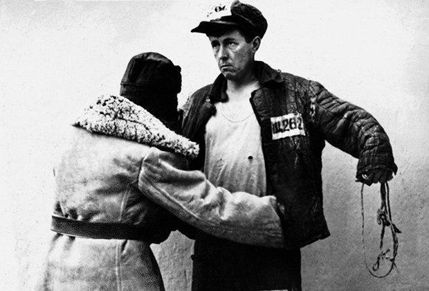 Досмотр заключенного Щ-262, известного как Александр Солженицын, 1945 год.