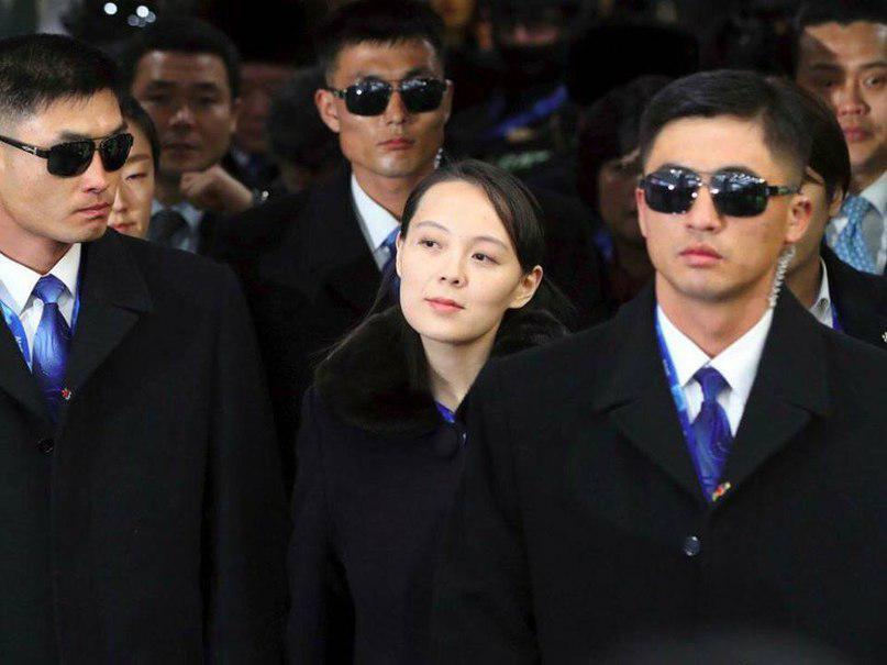 Посередине, сестра Ким Чен Ына, да и насрать, вы на охрану гляньте!
