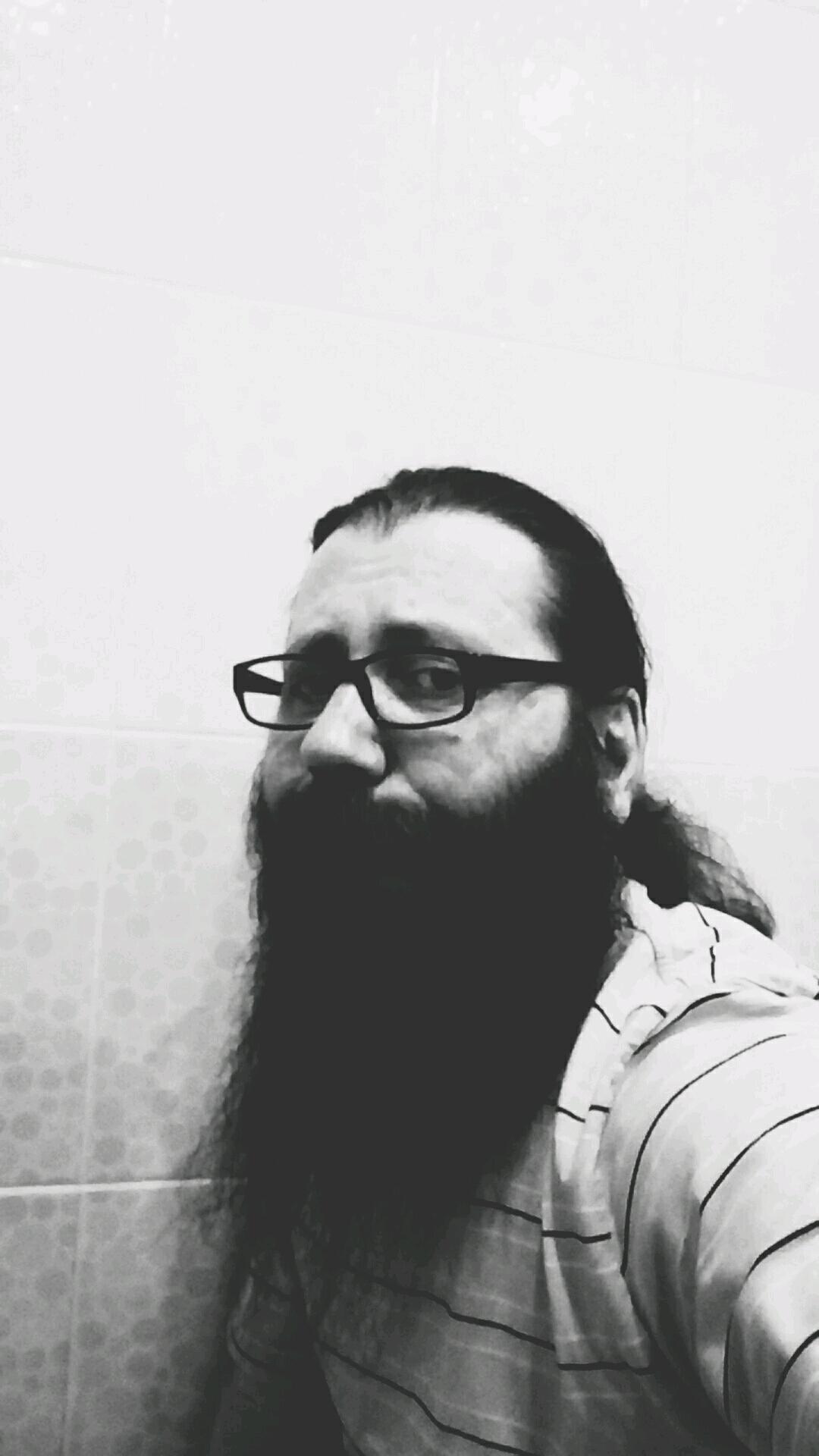 Подровнять бороду немношк надо