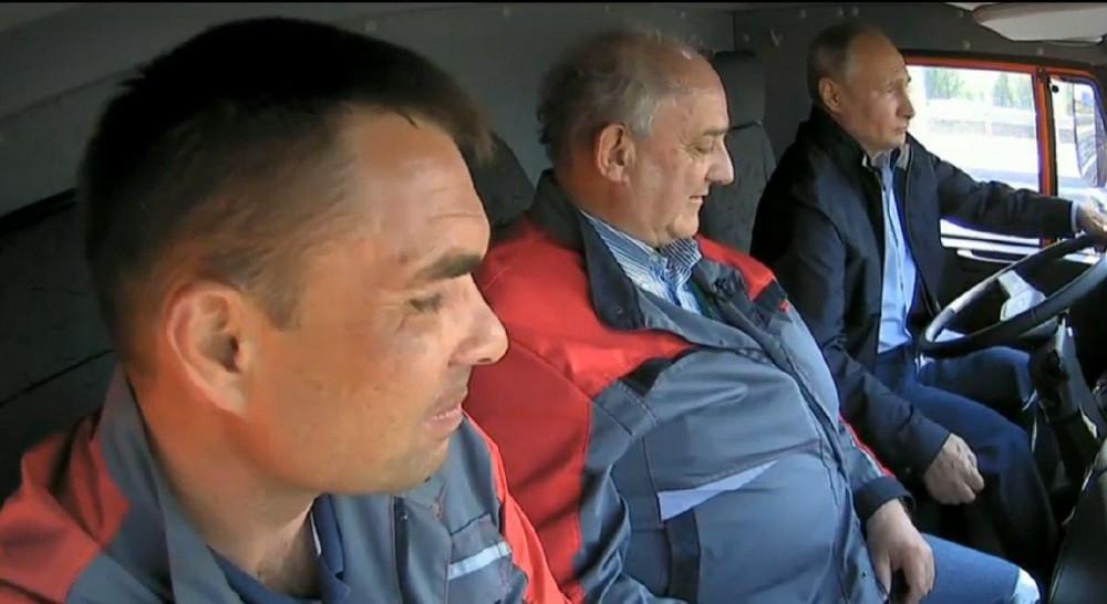 Не знаю кто там едет по мосту, но водитель у них сам Путин!