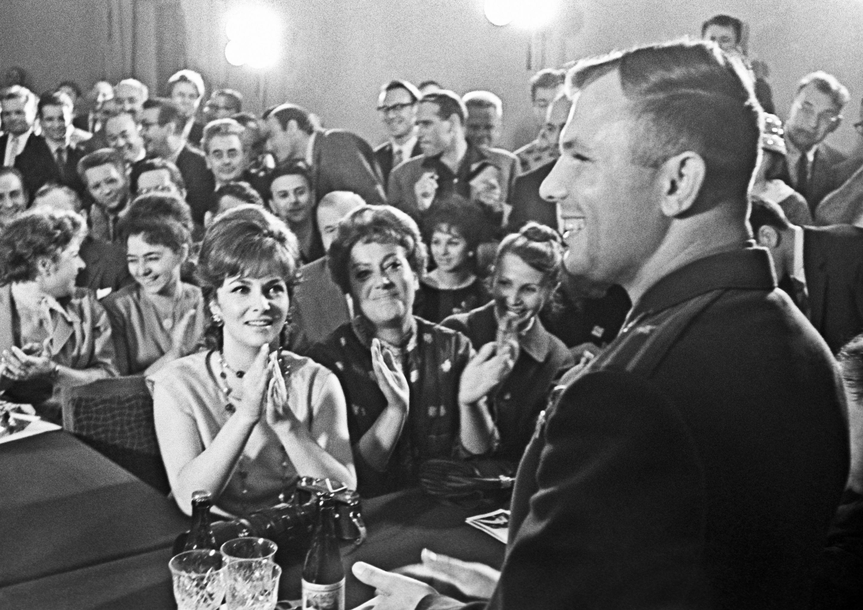 Джина Лоллобриджида смотрит на Гагарина