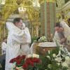 Последнее целование совершают епископ Назарий и архиепископ Кирилл