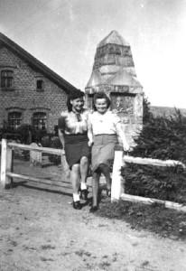 022-0060 Mit dem Denkmal im Hintergrund wurde gern ein Erinnerungsfoto gemacht. Im Bild von links Gertrud Kuhr und Renate Heymuth im August 1943.