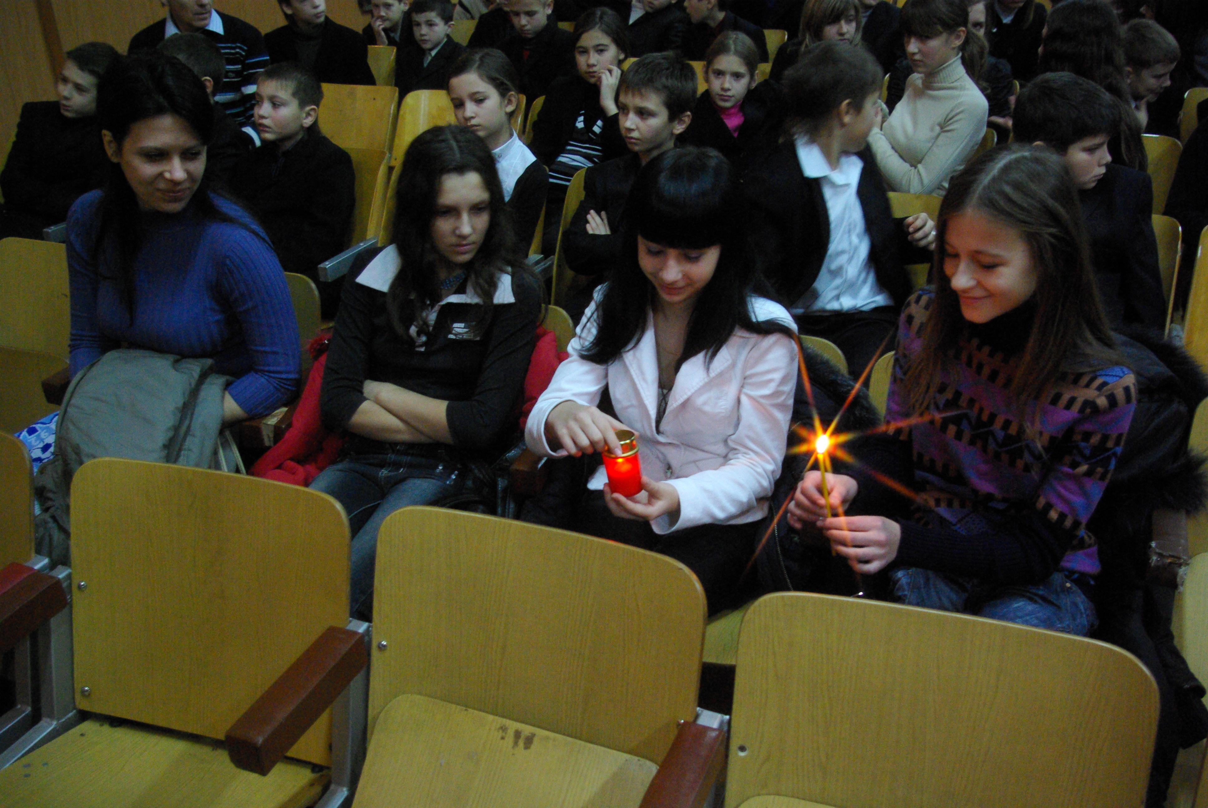 """Вифлеємське Світло Миру 2008 в Черкасах. Світло Миру Загальноміська акція ВСМ ОУС в Черкасах. Колегіум """"Берегиня"""""""